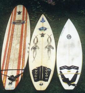 zum Vergleich, rechts und mitte sind Shortboards, links ein Malibu