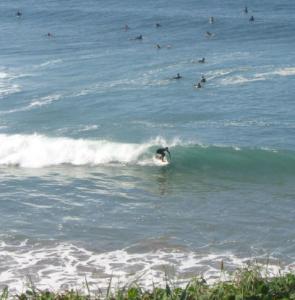 Ein spanischer Surfer zeigt uns in Sopelana wo es langgeht