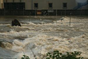 Die Kanustrecke bei Hohenlimburg ist komplett überspült und im Fluss treiben ganze Bäume