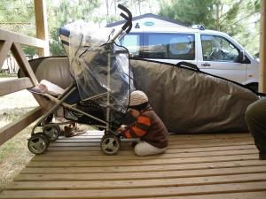kein Entkommen für den Kleinen von der Terrasse des Mobilhomes